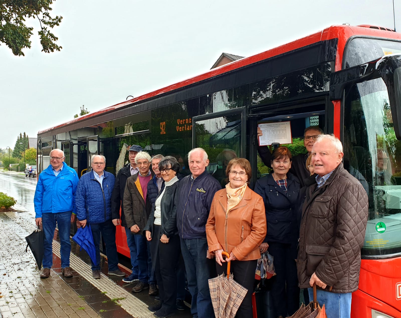Mitglieder der Seniorenunion an der Buslinie SK 2